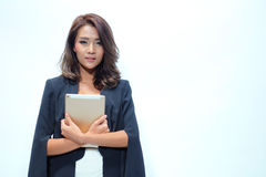 Belle position asiatique de femme de portrait, comprimé de prise Photographie stock