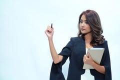 Belle position asiatique de femme de portrait, comprimé de prise Image stock