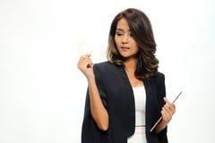 Belle position asiatique de femme de portrait, comprimé de prise et nameca Photographie stock