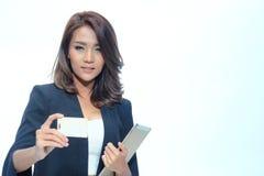 Belle position asiatique de femme de portrait, comprimé de prise et nameca Image stock