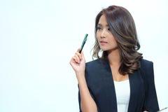 Belle position asiatique de femme de portrait, comprimé de prise et stylo Photo stock