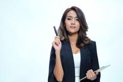 Belle position asiatique de femme de portrait, comprimé de prise et stylo Photos libres de droits