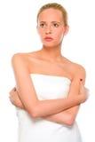 Belle position de femme enveloppée en essuie-main blanc images libres de droits