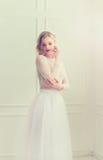 Belle position de jeune mariée Photographie stock libre de droits