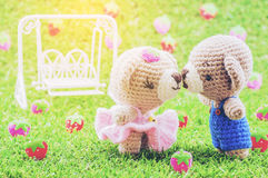 Belle poupée de crochet d'ours de bébé de baiser Photo stock