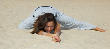 Belle pratique en matière de femme dans le yoga Image libre de droits