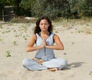Belle pratique en matière de femme dans le youga Photos stock
