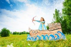 Belle princesse avec l'arc, tir de début de flèche Photographie stock libre de droits