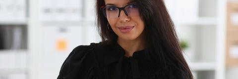 Belle prise de sourire de femme de brune dans la reliure de rouge de bras Images libres de droits