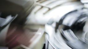 Belle production des tasses de papier pour le café ou le thé sur l'équipement moderne clips vidéos