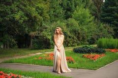 Belle promenade sexy de femme en parc Photo stock