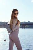 Belle promenade sexy de femme sur des tricots d'usage de l'eau de plage Photos stock