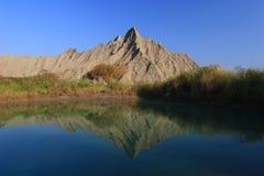 Belle réflexion d'une montagne spéciale Photos stock