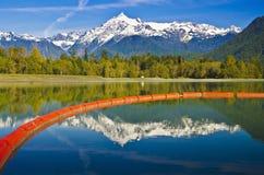 Belle réflexion de Baker de Mt et le barrage de lac baker photo libre de droits