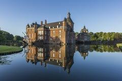 Belle réflexion de château d'Anholt dans Isselburg, Allemagne Image stock