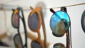 Belle réflexion de miroir de lunettes de soleil de jeune fille caucasienne de hippie dans le centre commercial HD au ralenti banque de vidéos