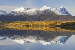 Belle réflexion de montagne de Norvège image libre de droits