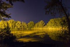 Belle réflexion de nuit sur le lac, Nightfishing Image stock