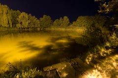 Belle réflexion de nuit sur le lac, Nightfishing Photographie stock libre de droits