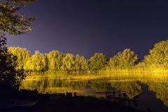 Belle réflexion de nuit sur le lac, Nightfishing Image libre de droits