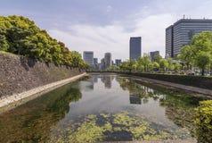 Belle réflexion sur l'eau du secteur de Chiyoda et du palais impérial de Tokyo, Japon photos stock