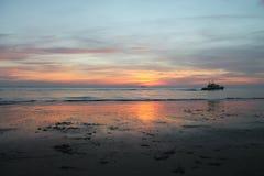Belle réflexion sur la plage pendant le coucher du soleil Image libre de droits