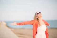 Belle réjouissance de femme à la mer Photos libres de droits