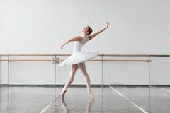 Belle répétition de ballerine dans la classe de ballet Photographie stock