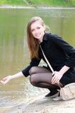 Belle ragazza e molla al fiume Fotografie Stock Libere da Diritti