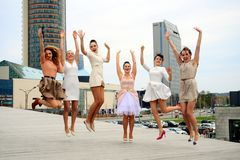 Belle ragazze adorabili che ballano nella città di Vilnius Fotografie Stock