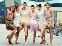 Belle ragazze adorabili che ballano nella città di Vilnius Immagine Stock