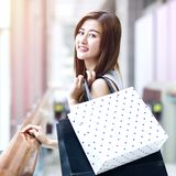 Belle ragazze asiatiche con i sacchetti della spesa Immagini Stock