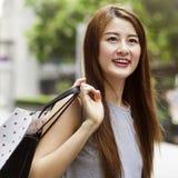 Belle ragazze asiatiche con i sacchetti della spesa Immagine Stock Libera da Diritti