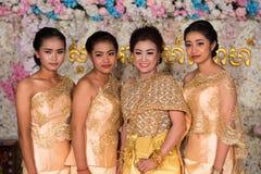 Belle ragazze cambogiane che posano per l'immagine durante le nozze fotografia stock