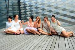 Belle ragazze che celebrano molla nella città di Vilnius Immagine Stock