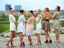 Belle ragazze che celebrano molla nella città di Vilnius Fotografie Stock Libere da Diritti