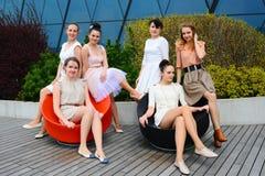 Belle ragazze che celebrano molla nella città di Vilnius Immagini Stock