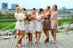 Belle ragazze che celebrano molla nella città di Vilnius Fotografie Stock