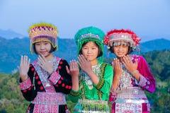 Belle ragazze del gruppo con i loro vestiti variopinti Immagine Stock
