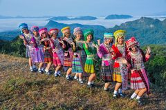Belle ragazze del gruppo con i loro vestiti variopinti Immagini Stock