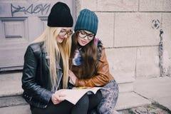 Belle ragazze di modo all'aperto Fotografie Stock Libere da Diritti