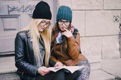 Belle ragazze di modo all'aperto Fotografie Stock