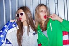 Belle ragazze patriottiche con il lollipop Fotografia Stock Libera da Diritti