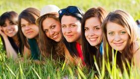 Belle ragazze su erba Fotografie Stock Libere da Diritti
