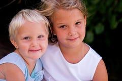 belle ragazze vicine in su immagini stock libere da diritti