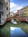 Belle riflessioni del ponticello a Venezia Italia Immagine Stock