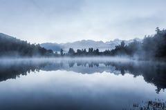 Belle riflessioni delle alpi del sud nel lago Matheson Fotografie Stock Libere da Diritti