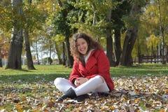 Belle risate della ragazza di autunno Rilassamento di autunno nel parco Fotografie Stock Libere da Diritti