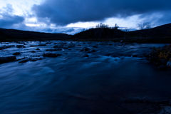 Belle rivière dans l'aube Photographie stock