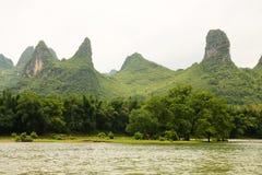 Belle rivière de Li de montagnes de karst Photographie stock